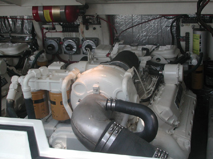 Cabo 31 Sport Express - Engine compartment